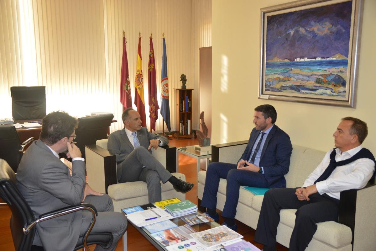El consejero de Agua, Agricultura, Ganadería, Pesca y Medio Ambiente, Antonio Luengo, durante su visita al rector de la Universidad Politécnica. Imagen: UPCT