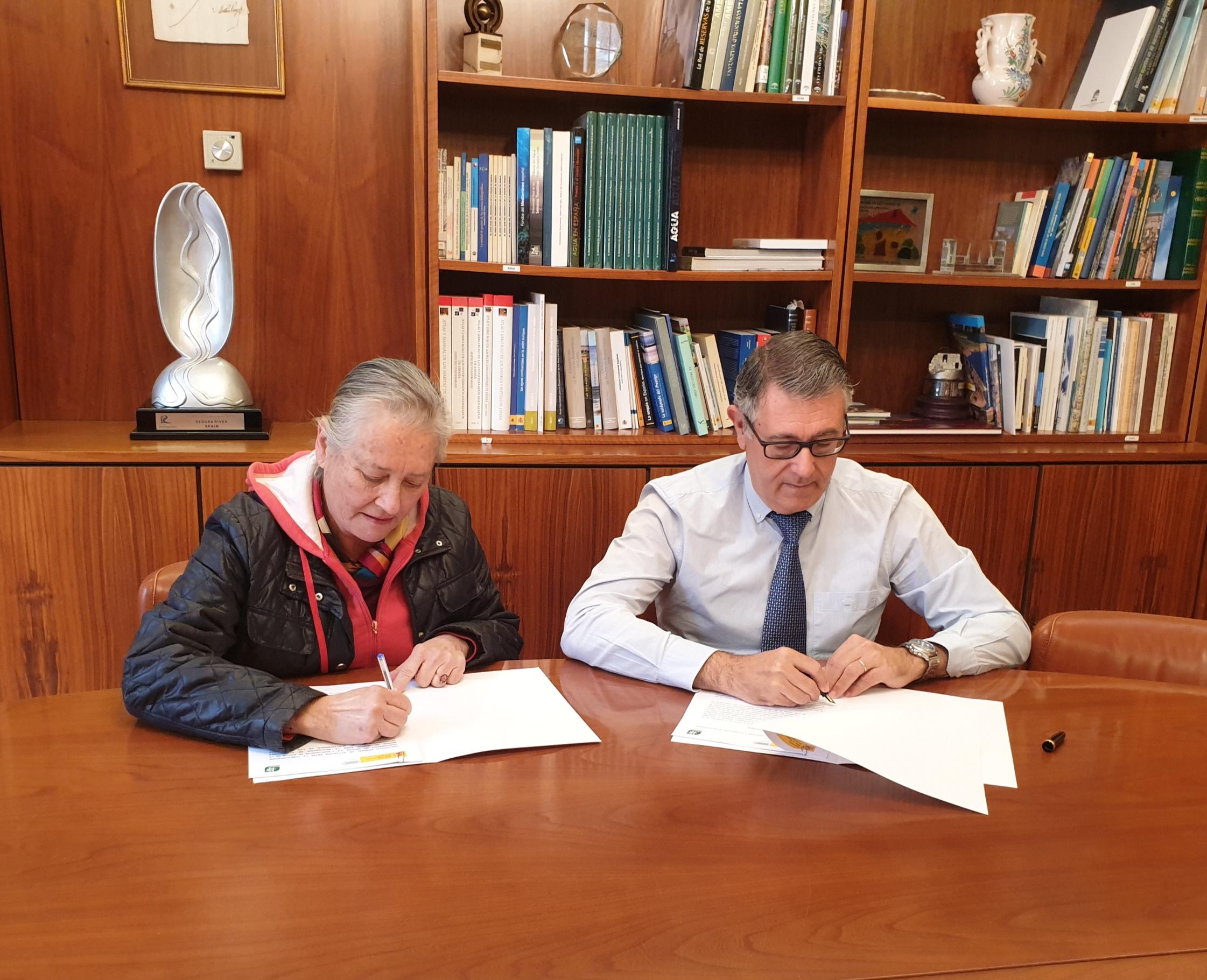 Firma del acuerdo de Custodia del Territorio por el presidente de la CHS, Mario Urrea, y la presidenta regional de Ecologistas en Acción, Ana García. Imagen: CHS