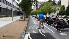 Un ciclista, por el carril bici