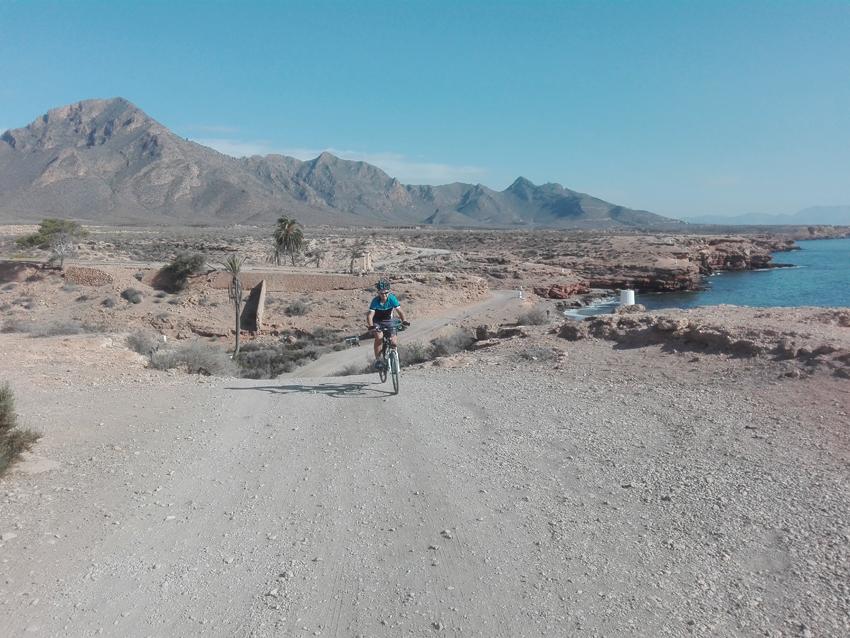 Ciclistas en ruta por la costa de Mazarrón. Imagen: Murcia en Bici