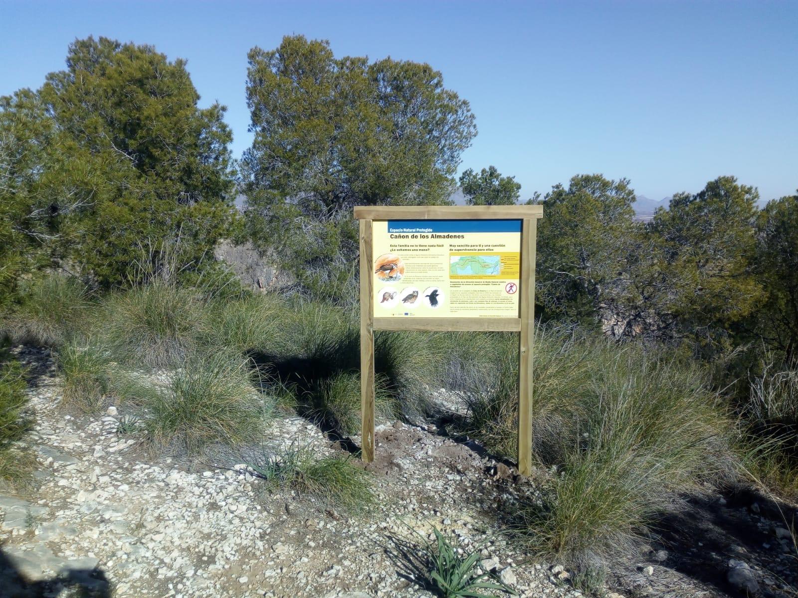 Cartel informativo sobre la fauna característica del entorno del Cañón de Almadenes. Imagen: CARM
