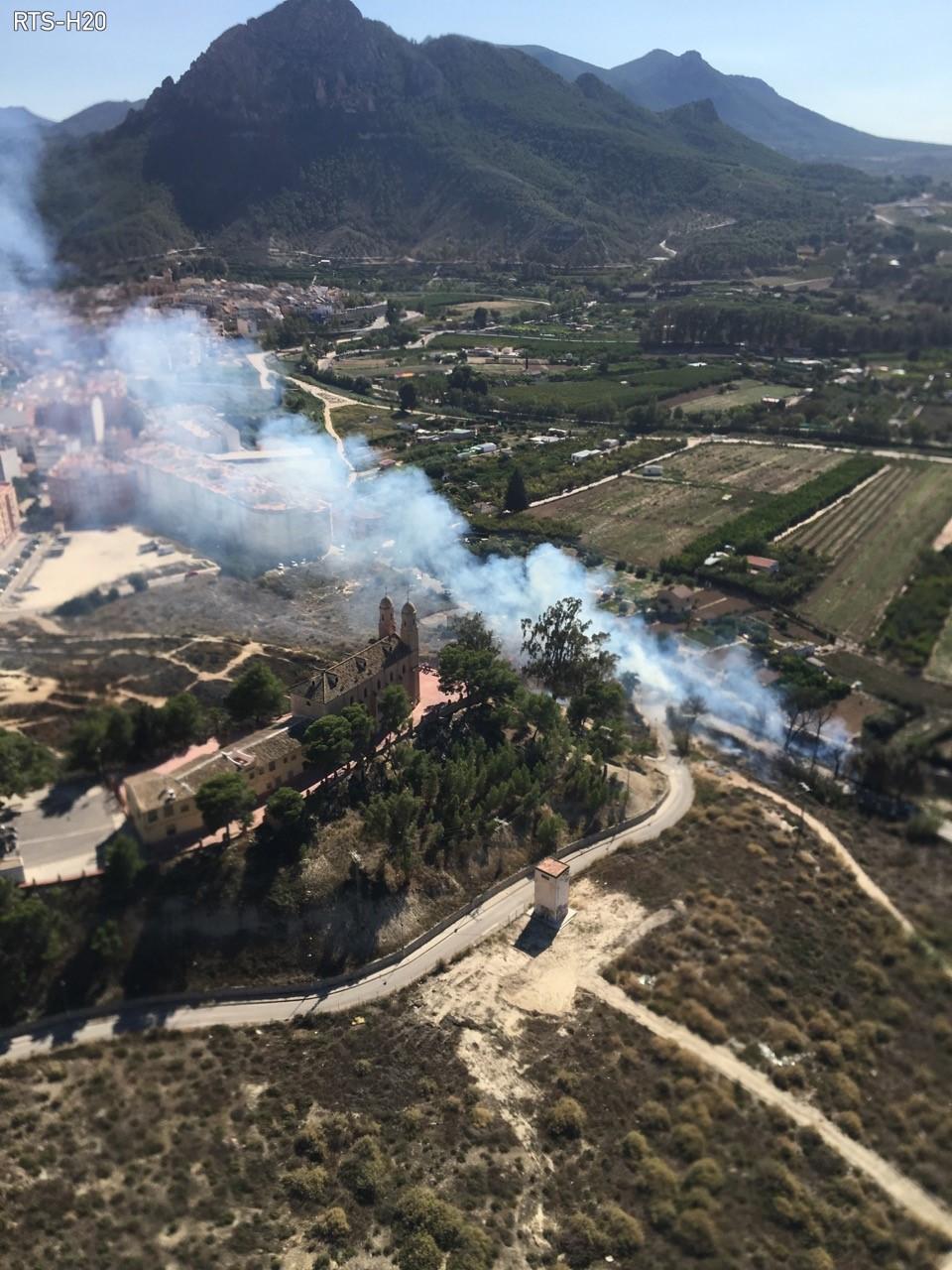 Imagen facilitada por medios aéreos en el momento de acercarse a la zona del incendio