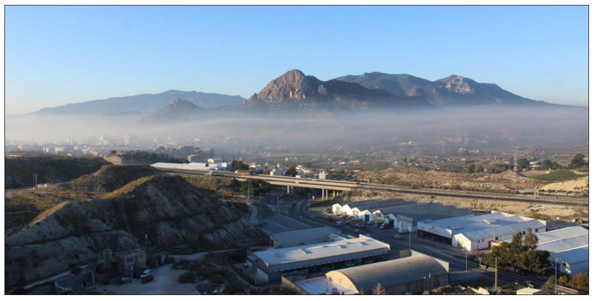 Cieza, bajo una nube de humo provocado por quemas antiheladas, en marzo de 2019. Imagen: EeA (extraída del informe)