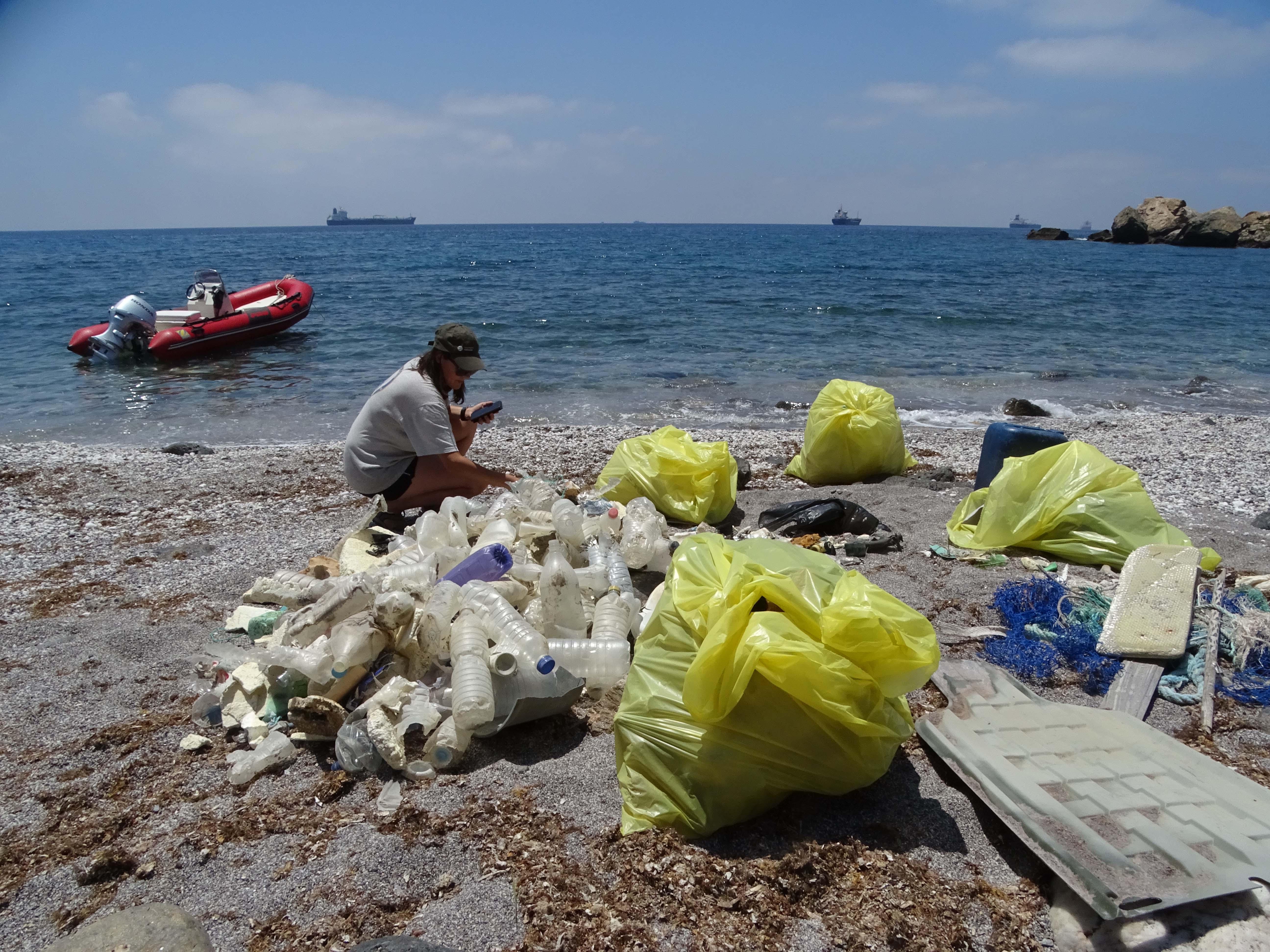 Clasificando basuras en la playa de La Torrosa. Imagen: ANSE