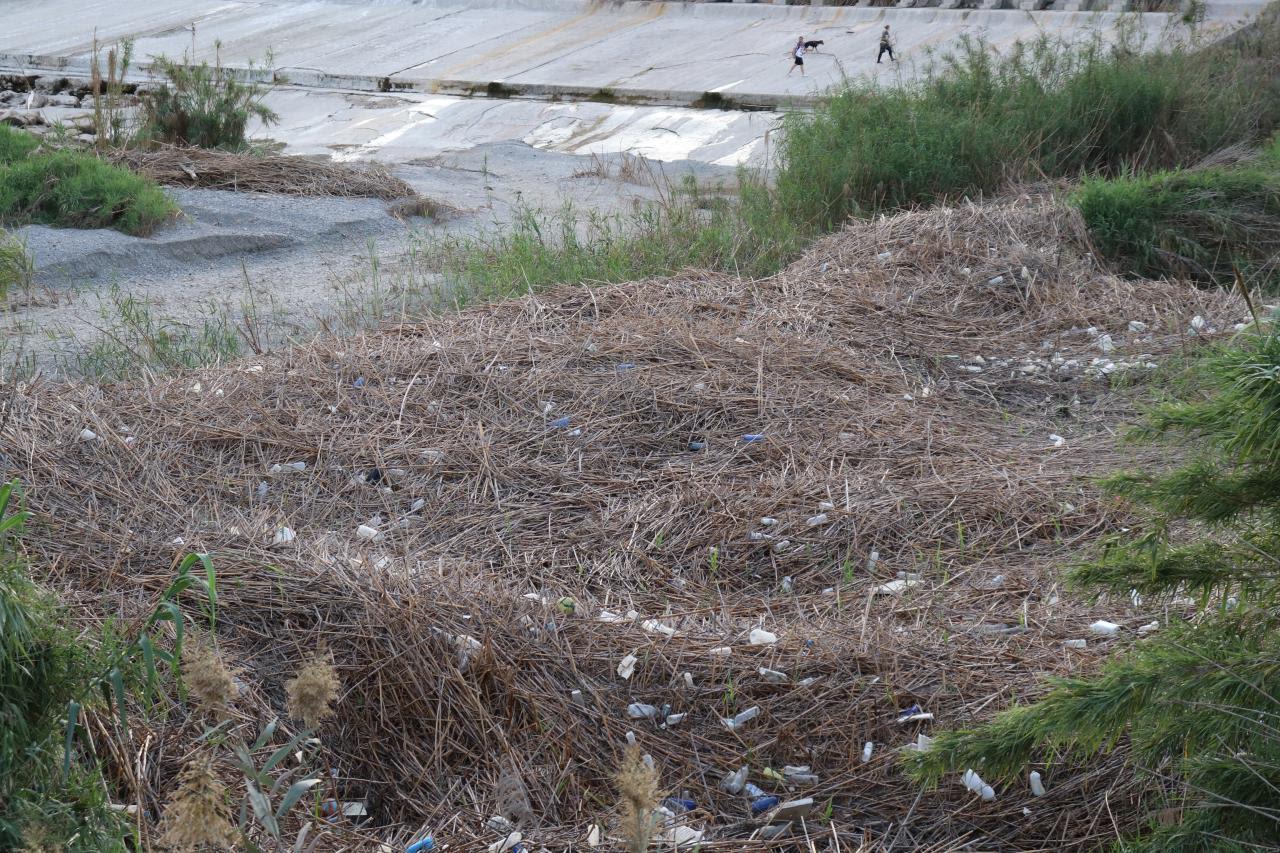 La asociación llama a investigar el origen de estos envases «ya que muchos de ellos son de productos fitosanitarios». Imagen: Huermur