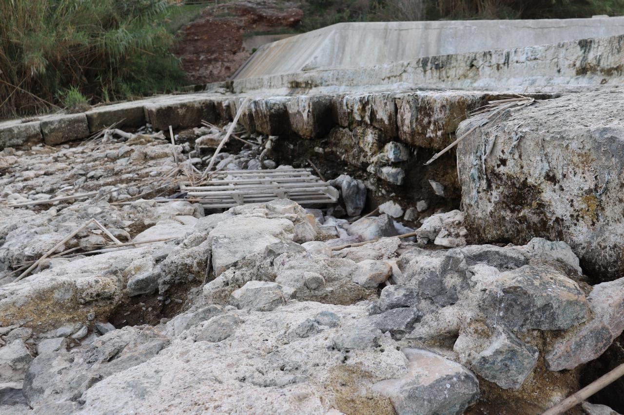 Detalle de los actuales daños en parte de la estructura del Azud Mayor de Murcia. Imagen: Huermur