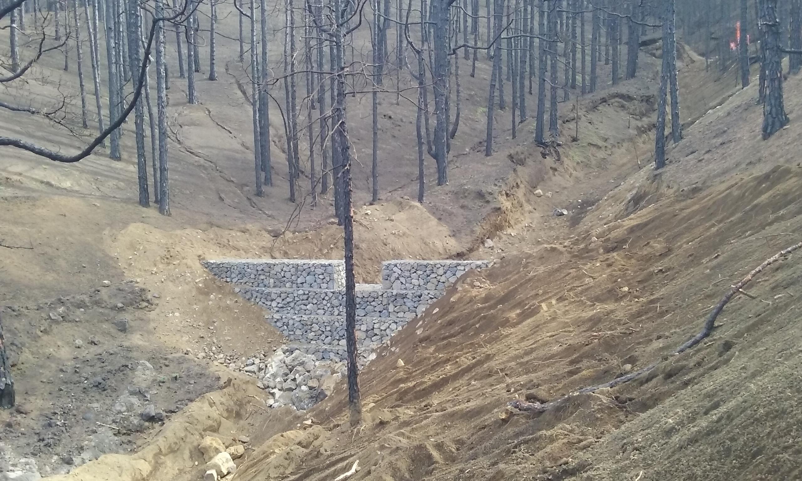 Dique contra erosión levantado en el área incendiada en Pontevedra el pasado octubre. Imagen: Mapama