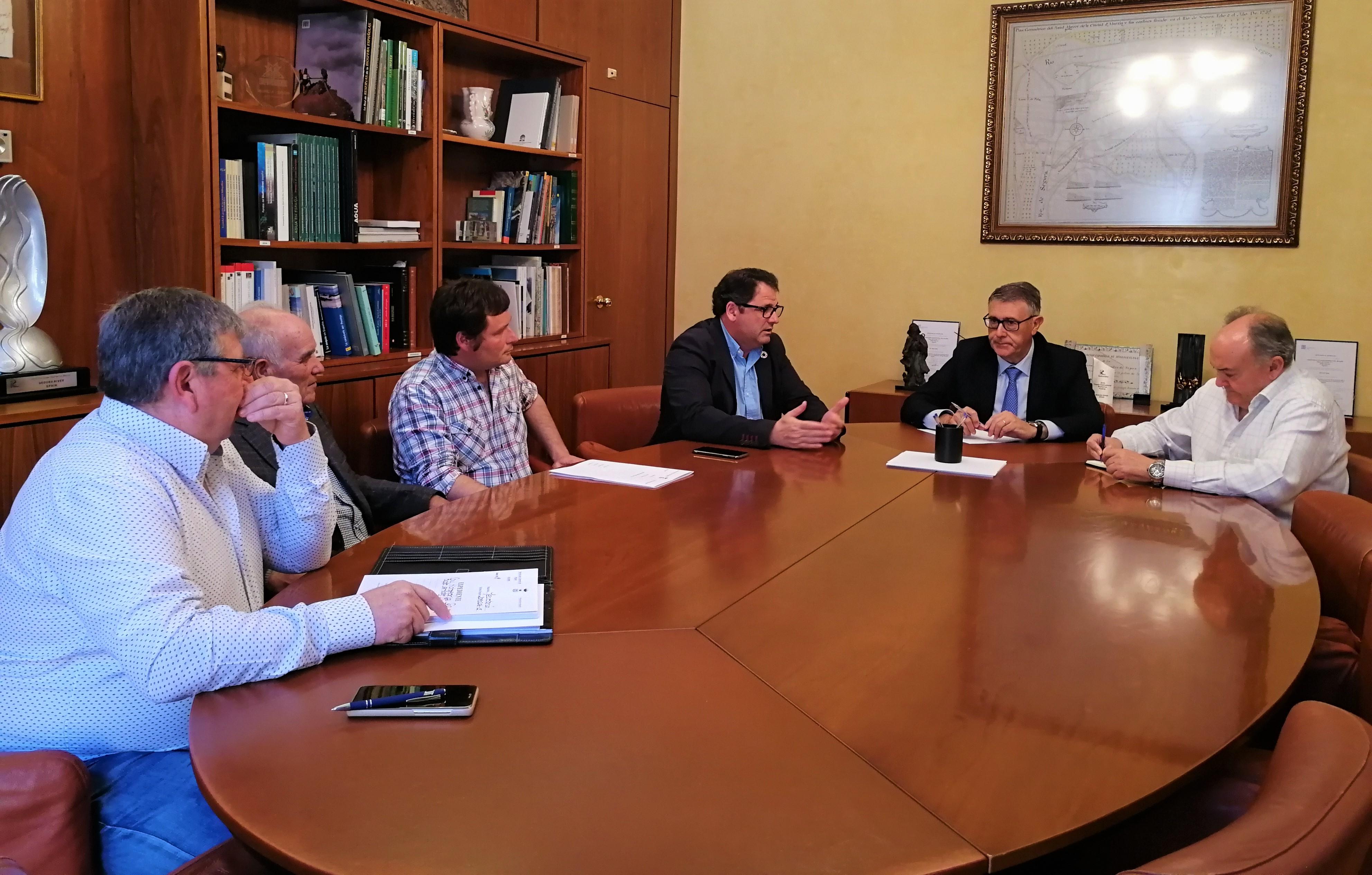 Un momento de la reunión mantenida ayer sobre la contaminación de la Vega Baja del río Segura por flotantes. Imagen: CHS