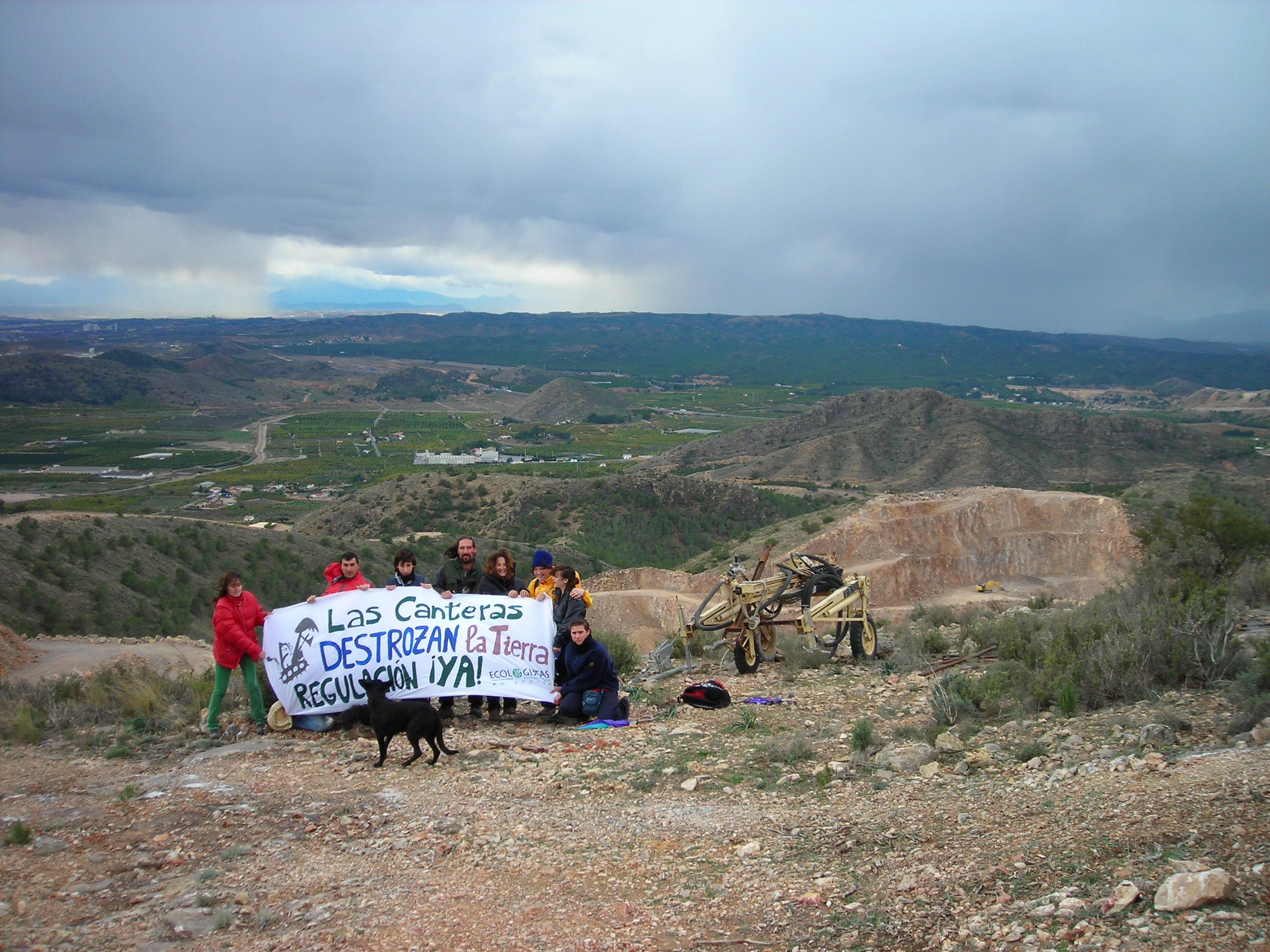 Una acción llevada a cabo por EEA solicitando el cierre de la cantera ilegal en 2008. Imagen: EEA
