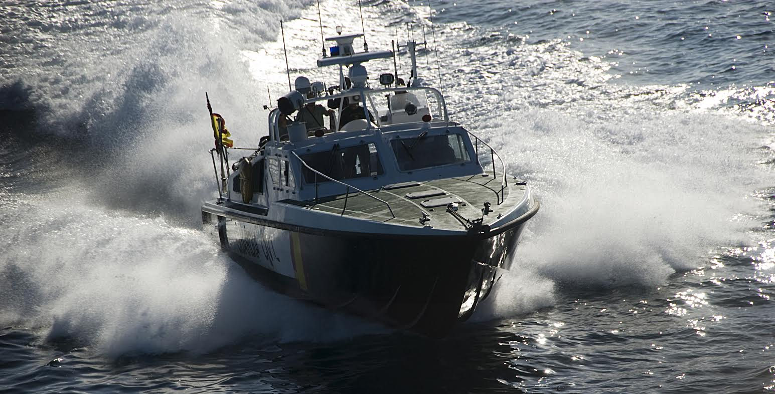 El joven ha sido trasladado en la embarcación oficial hasta el  puerto de Cartagena, Imagen: Guardia Civi