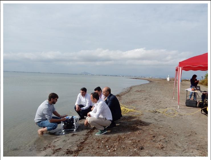 Imagen de la vista del consejero Javier Celdrán a los trabajos del Imida (Instituto Murciano de Investigación y Desarrollo Agrario y Alimentario) con drones en el mar Menor (CARM)