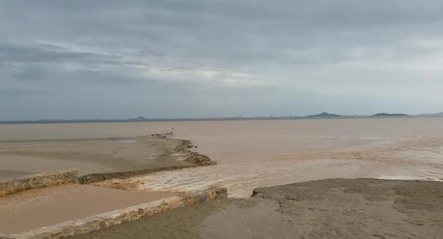 Entrada de agua de lluvia en el Mar Menor el pasado 15 noviembre, en Los Alcázares. Imagen: Pacto por el Mar Menor