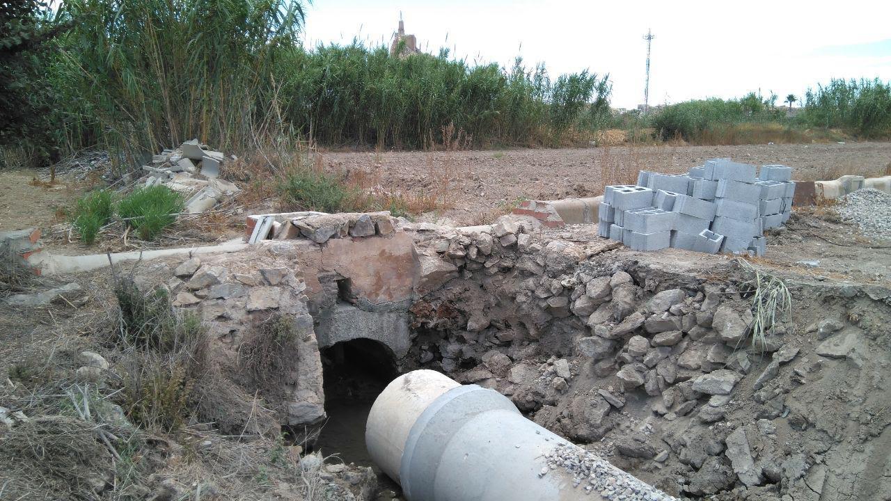 El objetivo de la obra sería sustituir los tubos de hormigón de un entubamiento posterior al 2016, ya colmatados. Imagen: Huermur