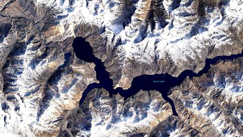Lago Sarez (Tayikistán), formado en 1911 por una avalancha de roca que bloqueó el río Murghob. Su situación próxima al rebose hace temer por la inundación que podría desencadenar la erosión del desaguadero. Imagen: NASA