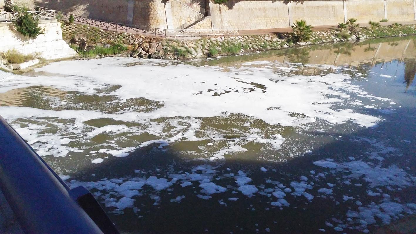 Espuma en el cauce del río, también esta mañana. Imagen: Huermur