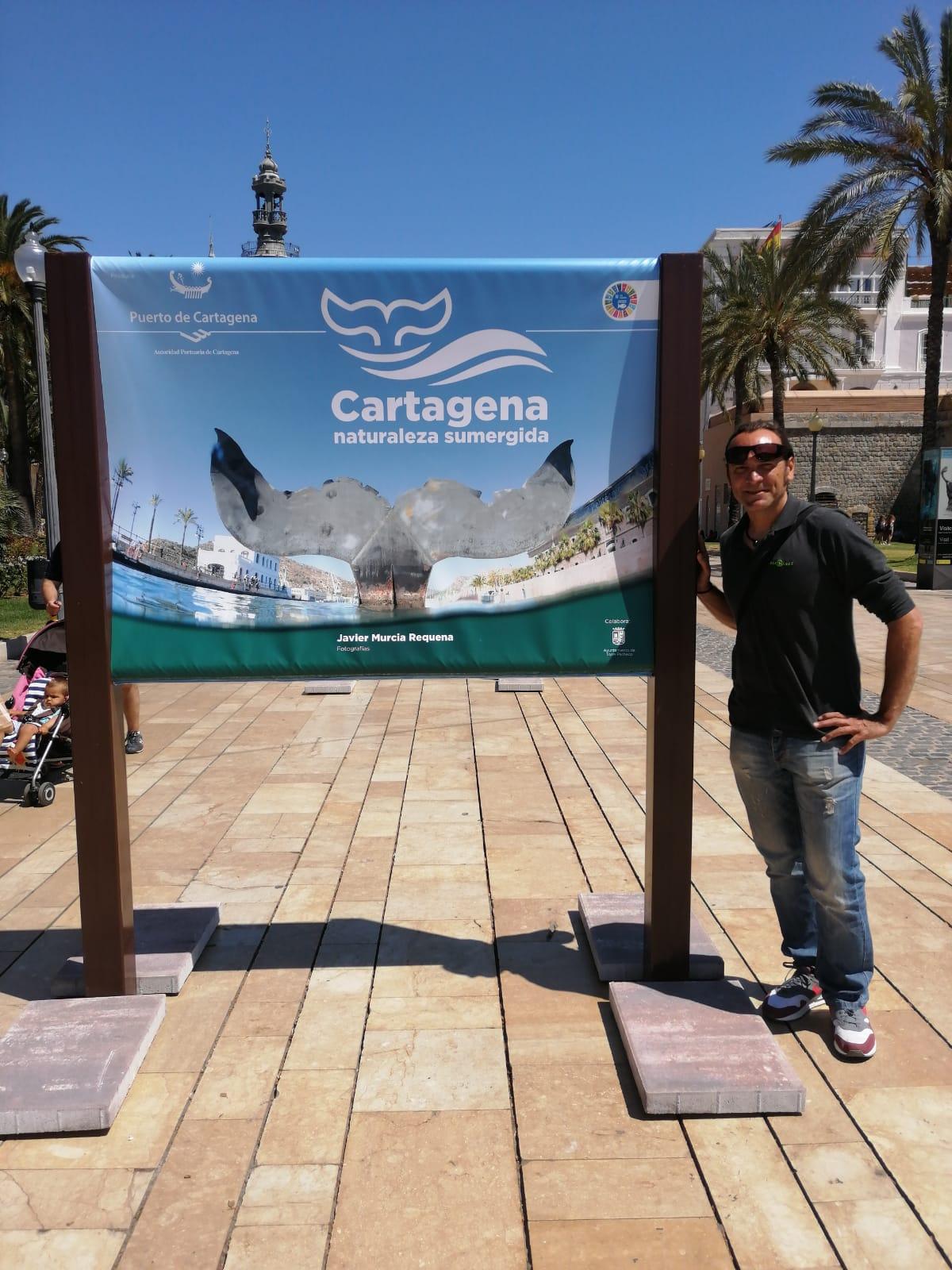 Javier Murcia, ante la imagen que abre la exposición y sirve de cartel