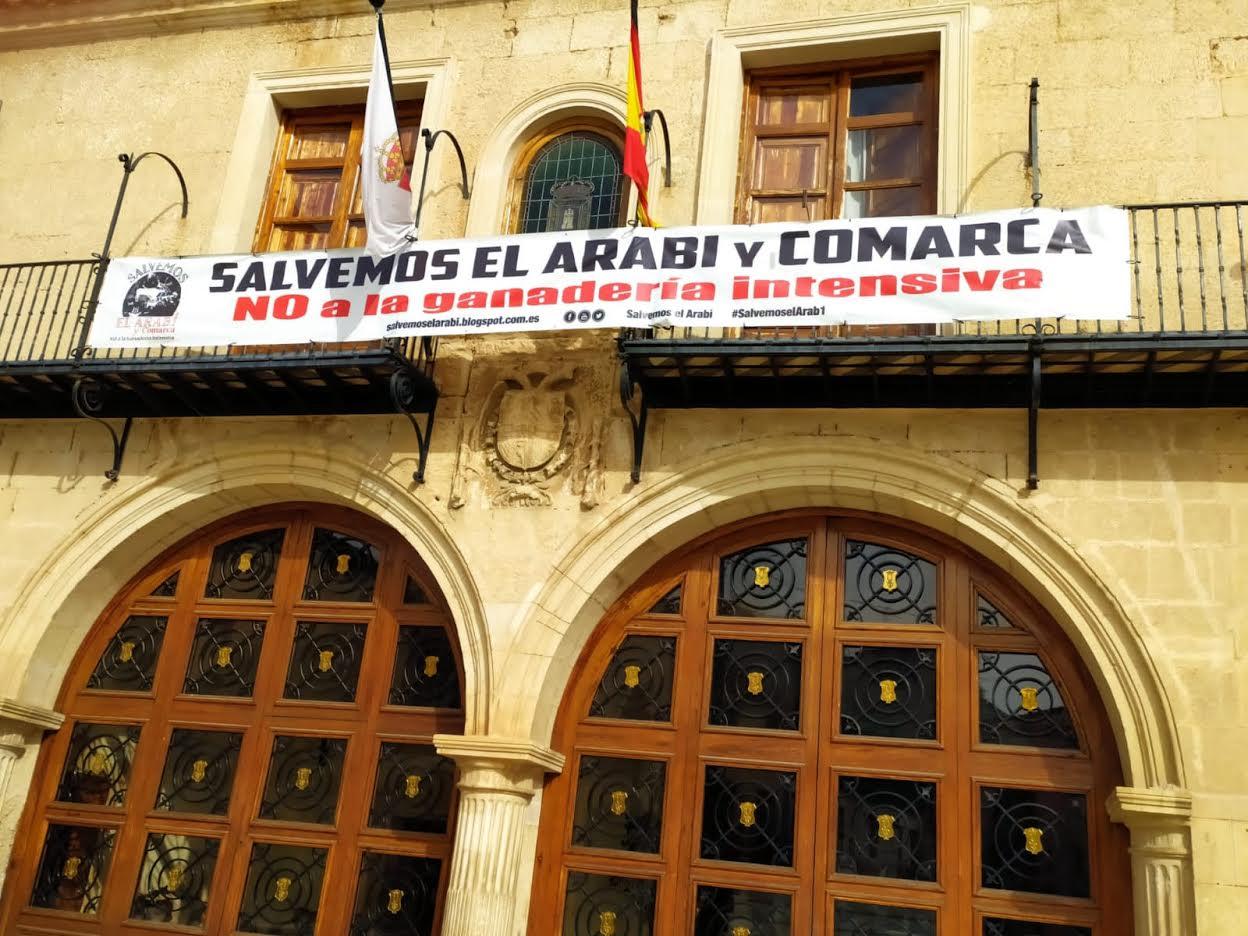 Pancarta colocada este 15 de junio de 2021 en la fachada principal del Ayuntamiento de Yecla. Imagen: Salvemos el Arabí y Comarca