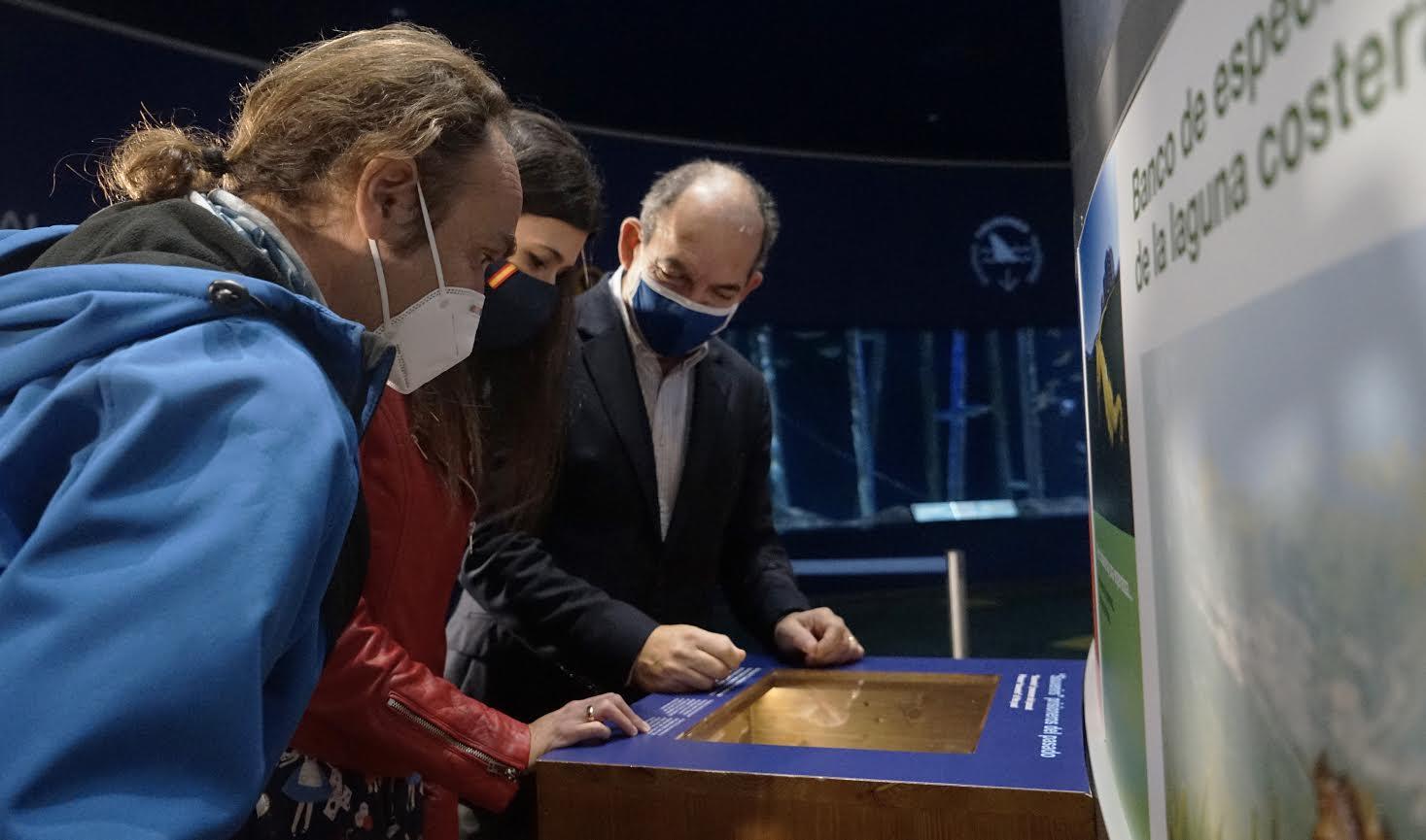 Javier Murcia, Miriam Pérez y Eduardo observan uno de los paneles. Imagen: Oceanogràfic