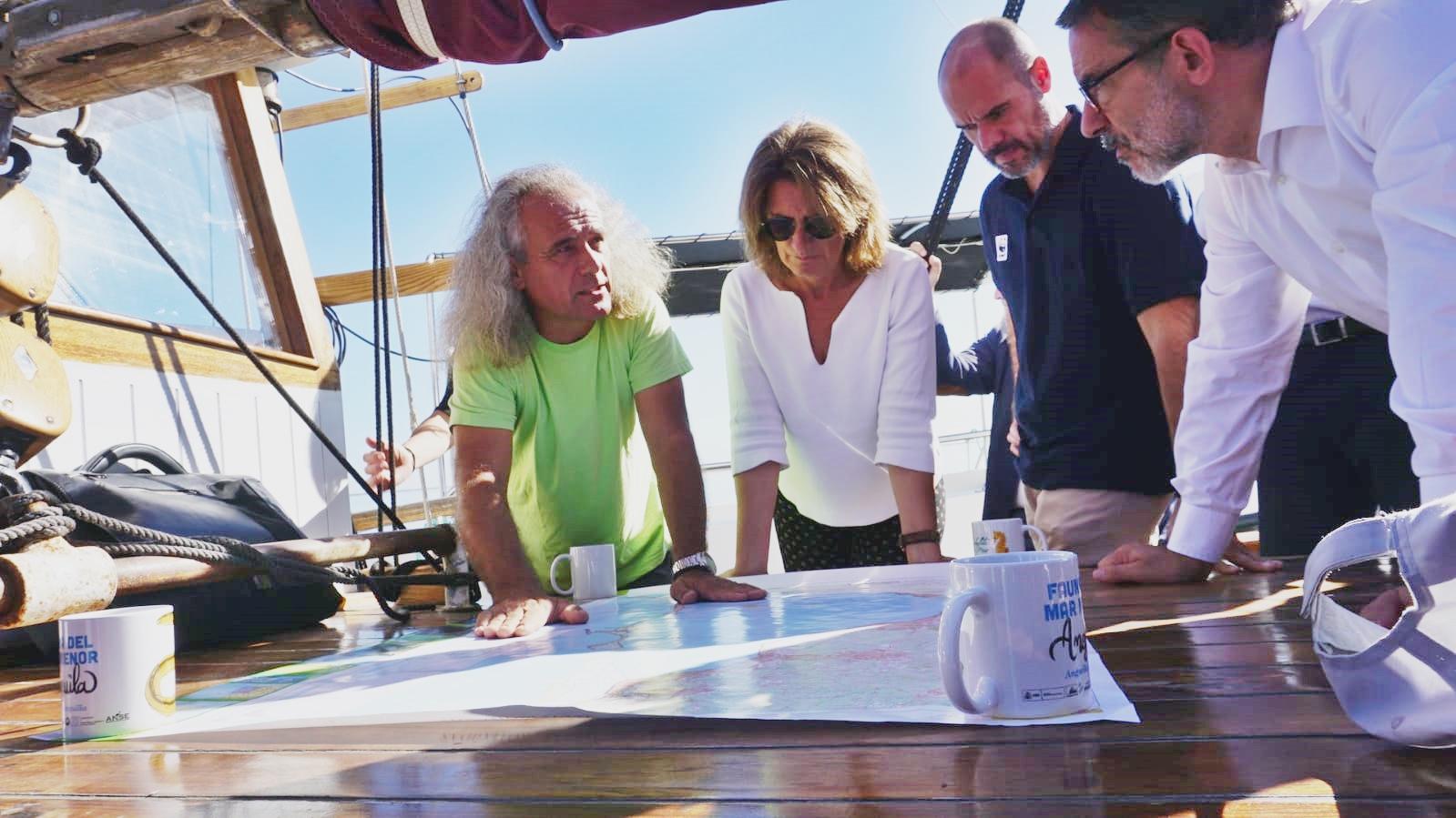 Un momento de la visita de la ministra en funciones, Teresa Ribera, al Mar Menor, el pasado 16 de octubre. Imagen: Miteco