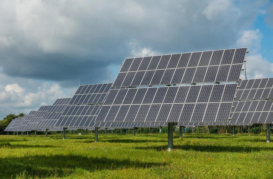 Instalación fotovoltaica en un espacio natural. Imagen: Pixabay