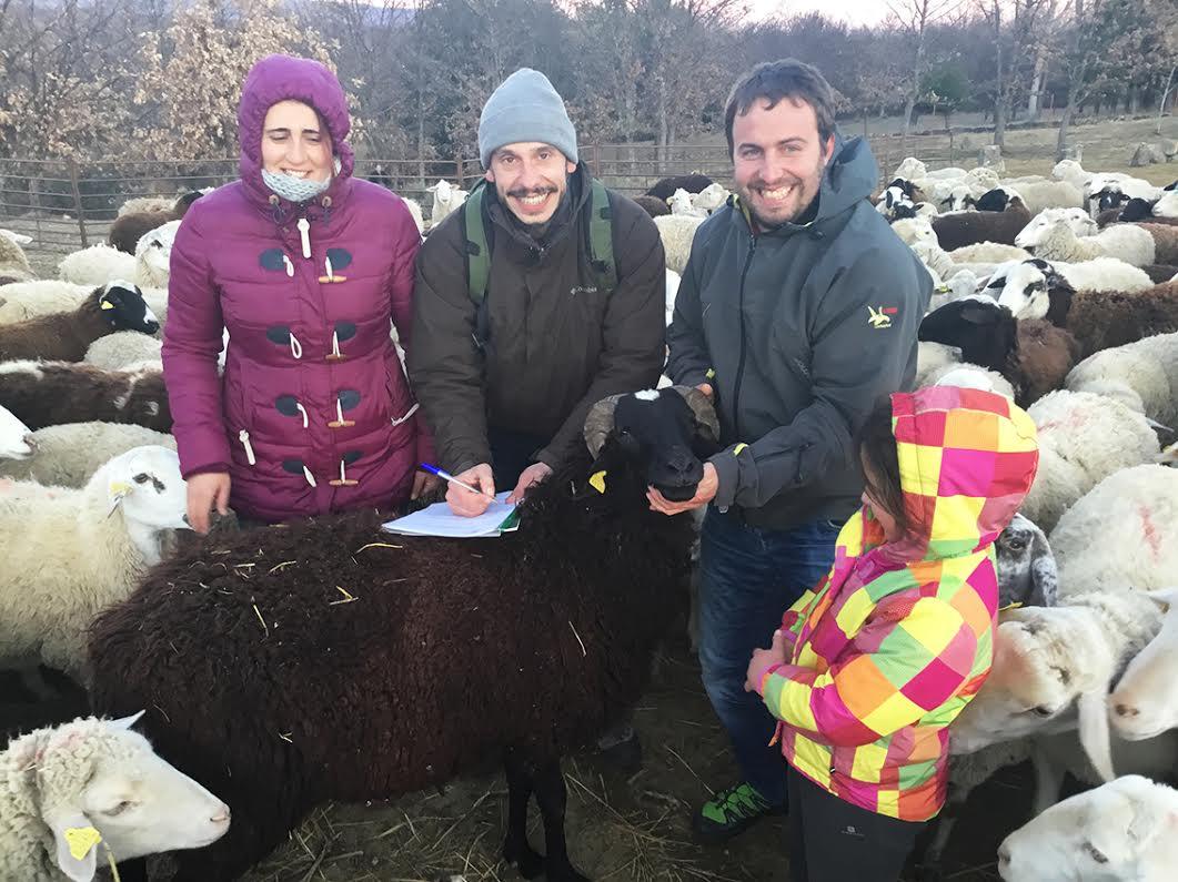 Familia de ganaderos propietaria de la marca 'Pastando con Lobos' y Fernando Blanca, de Grefa. Imagen: Grefa