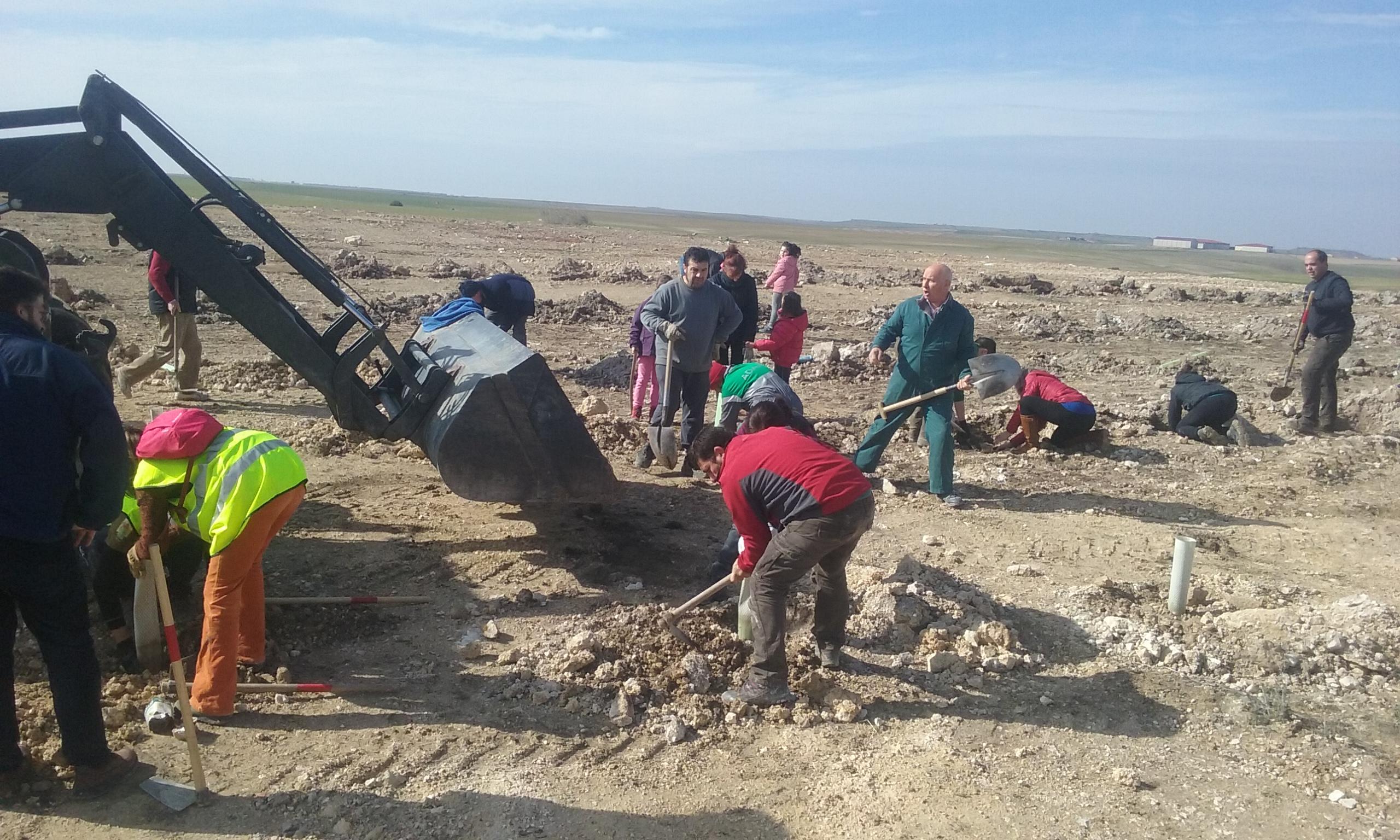 Vecinos de Villafruela (Burgos) y voluntarios trabajan en la restauración ambiental de una escombrera. Imagen: Grefa
