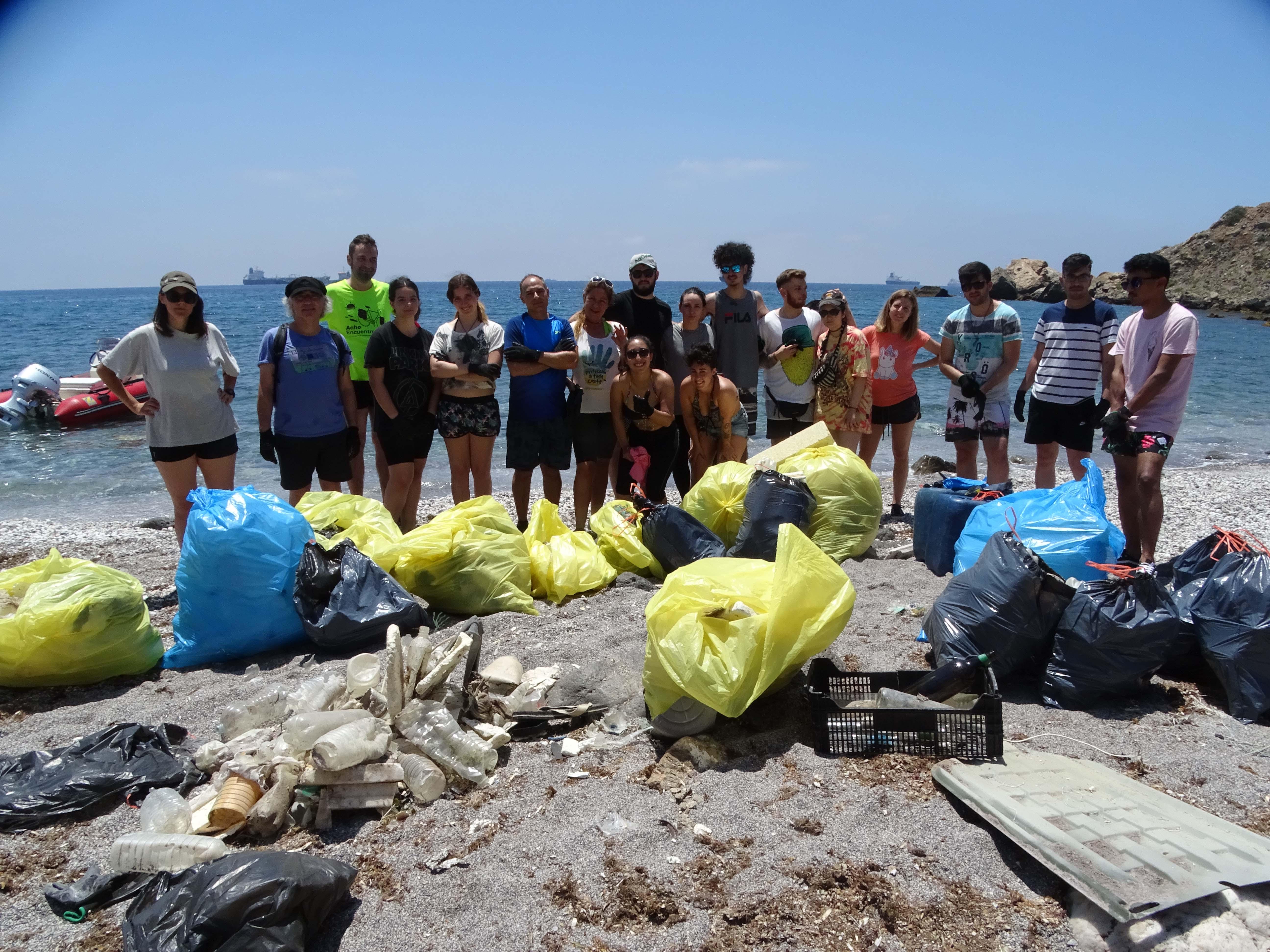 Los voluntarios llenaron doce grandes sacos de residuos arrastrados por el mar. Imagen: ANSE