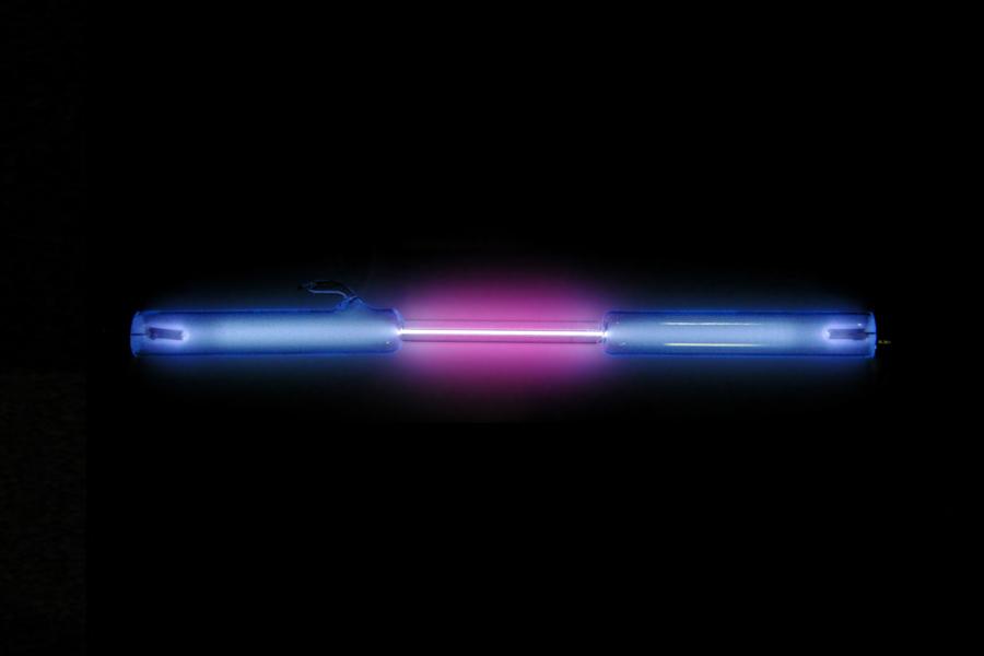 En color violeta, emisión de hidrógeno en un tubo de descarga de gases. Imagen: Wikimedia Commons / CSIC