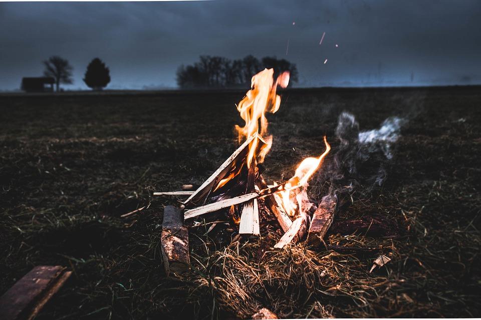 Una hoguera en el campo. Imagen: Pixabay