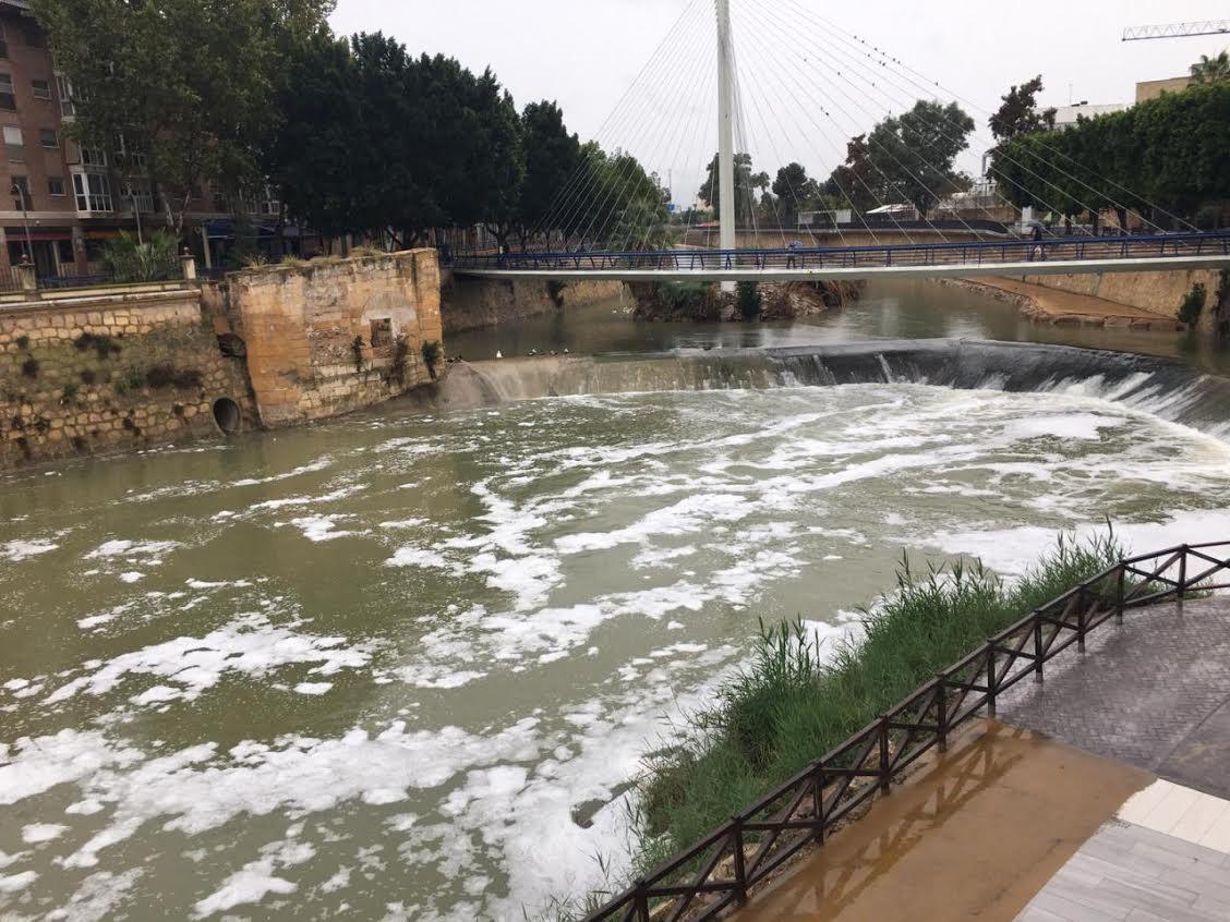 Episodio de espumas blancas en el río Segura el  22-10-2019. Imagen: Huermur