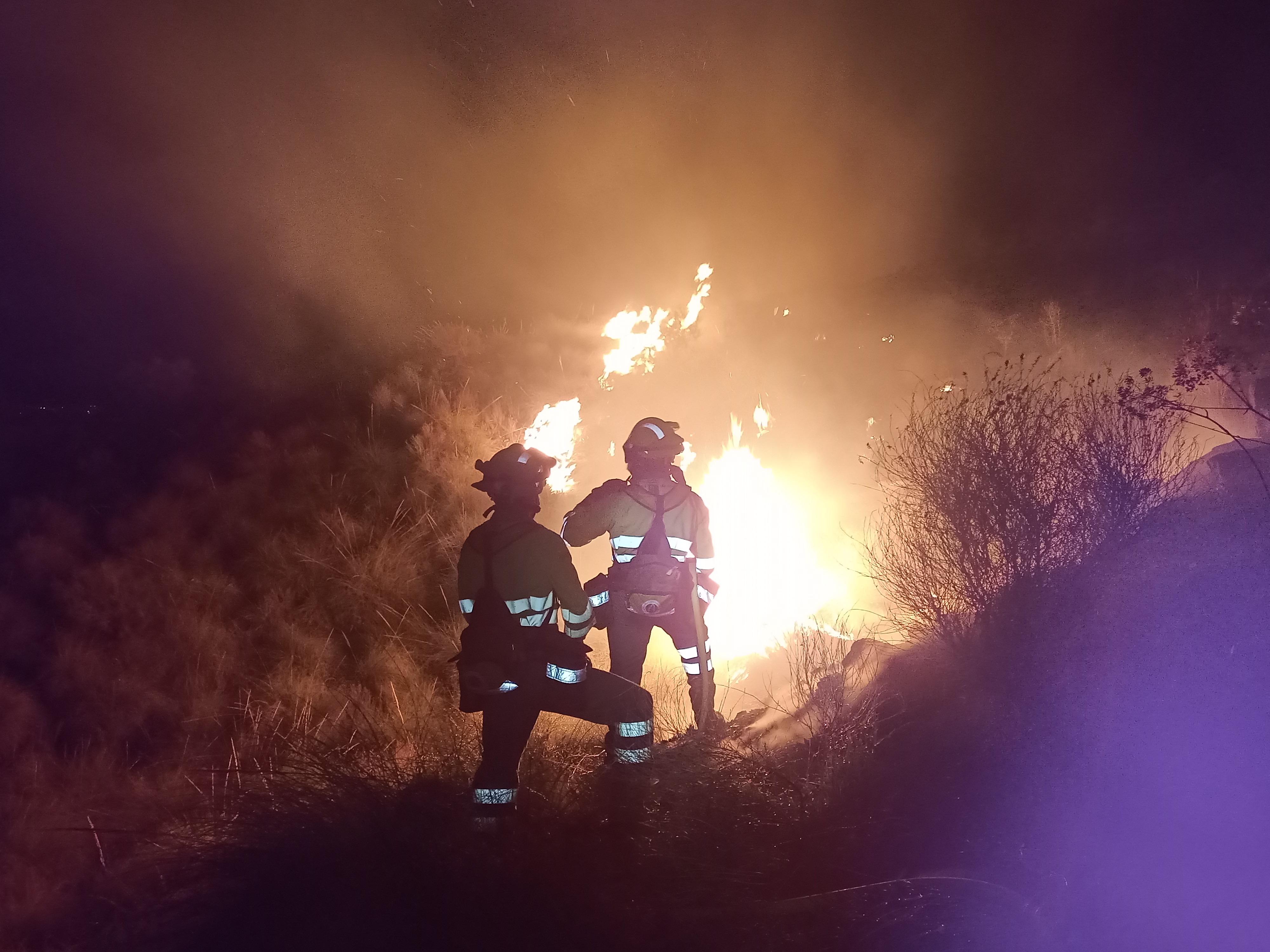 El fuego, durante la noche del lunes día 10. Imagen: Unidad de Defensa contra los Incendios Forestales de la Dirección General del Medio Natural