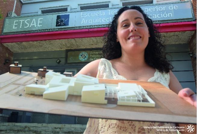 La arquitecta por la UPCT Virginia Ruiz Guillamón posa con la maqueta que ha diseñado para un futuro centro de investigación de la posidonia. Imagen: UPCT