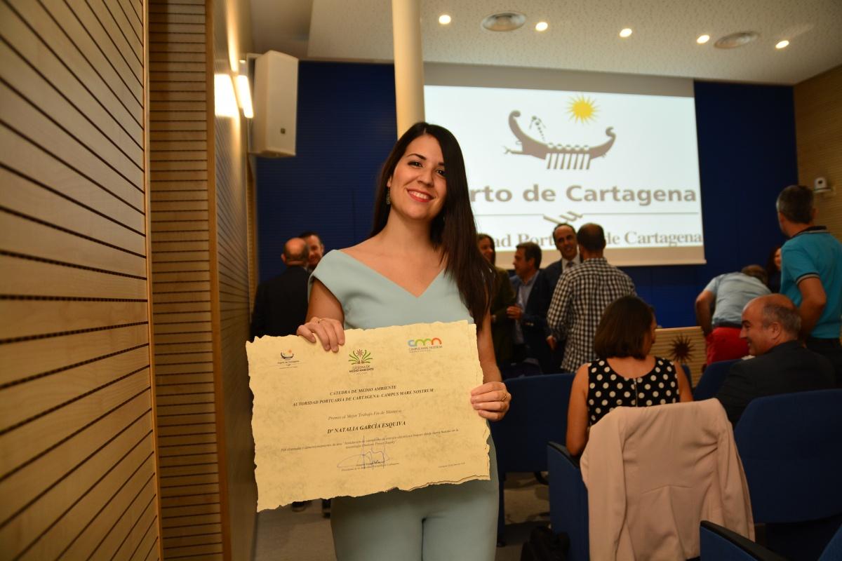 Natalia García, recogiendo su premio de la Cátedra del Puerto. Imagen: UPCT