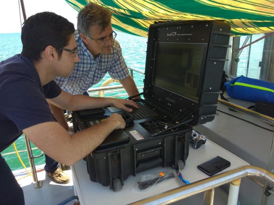 Antonio Guerrero, junto a otro investigador, manejando robots submarinos. Imagen: UPCT