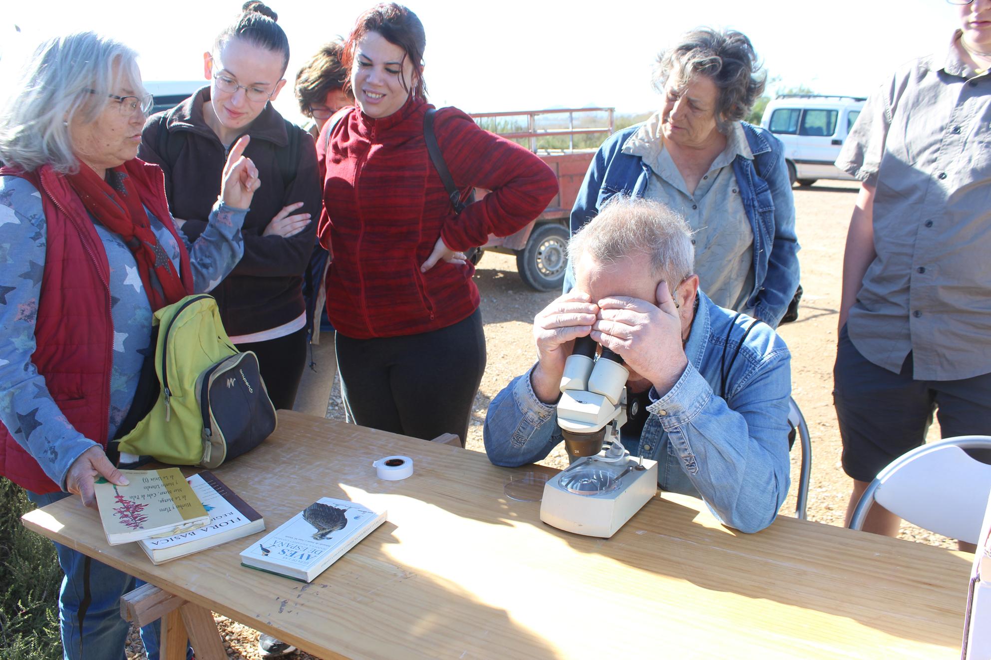 Los voluntarios, observando al microscopio. Imagen: EEA