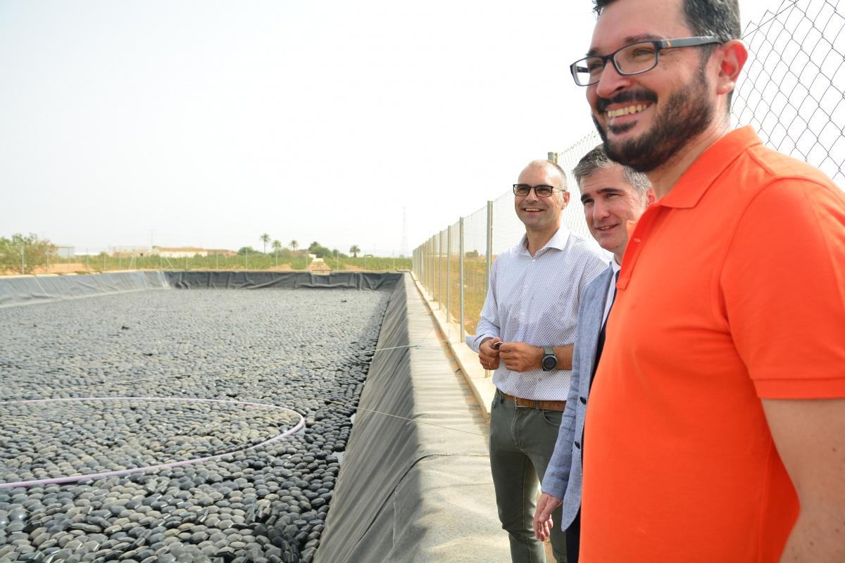 Victoriano Martínez, Miguel Ángel del Amor y José Miguel Jimeno en la balsa experimental. Imagen: UPCT