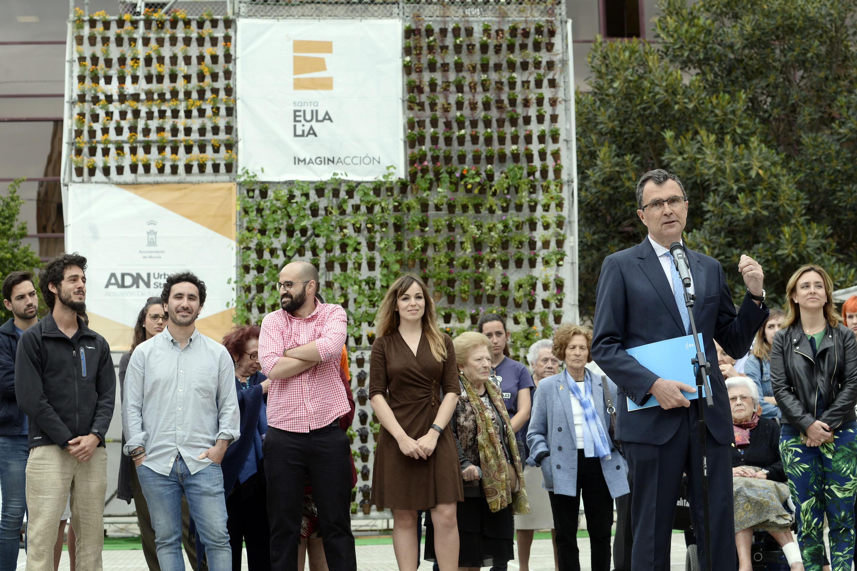 El alcalde, Ballesta, presentando ayer el jardín vertical de Santa Eulalia