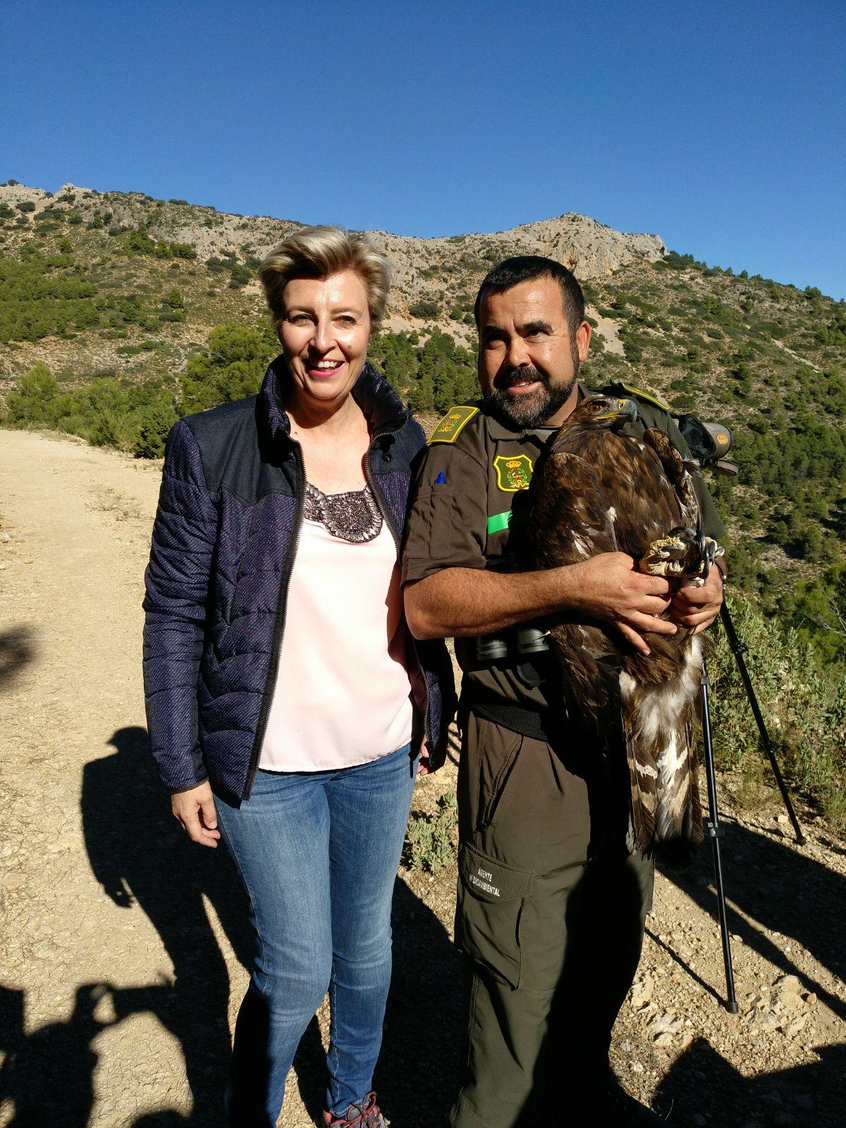 La directora general de Medio Natural, Consuelo Rosauro, en la suelta de un águila real. Imagen: CARM