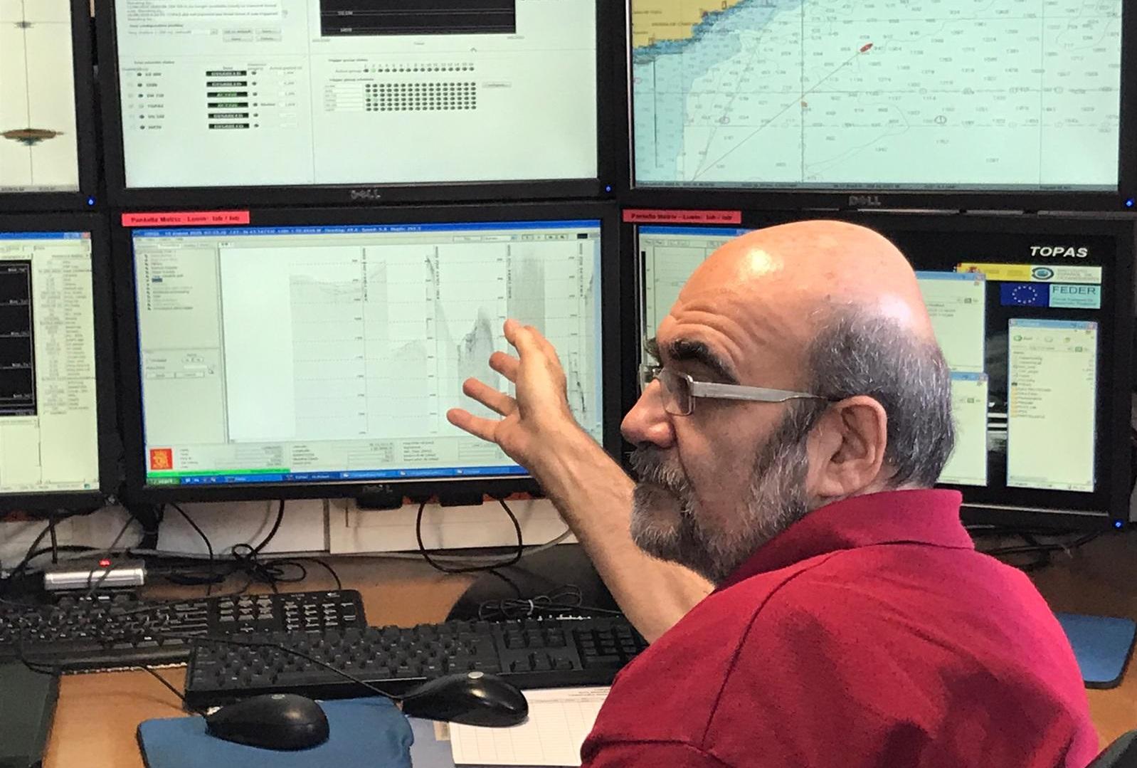 Juan Tomás Vázquez en el laboratorio de acústica del Ramón Margalef ultimando los preparativos del muestreo en el golfo de Vera, primera área de estudio. Imagen: IEO