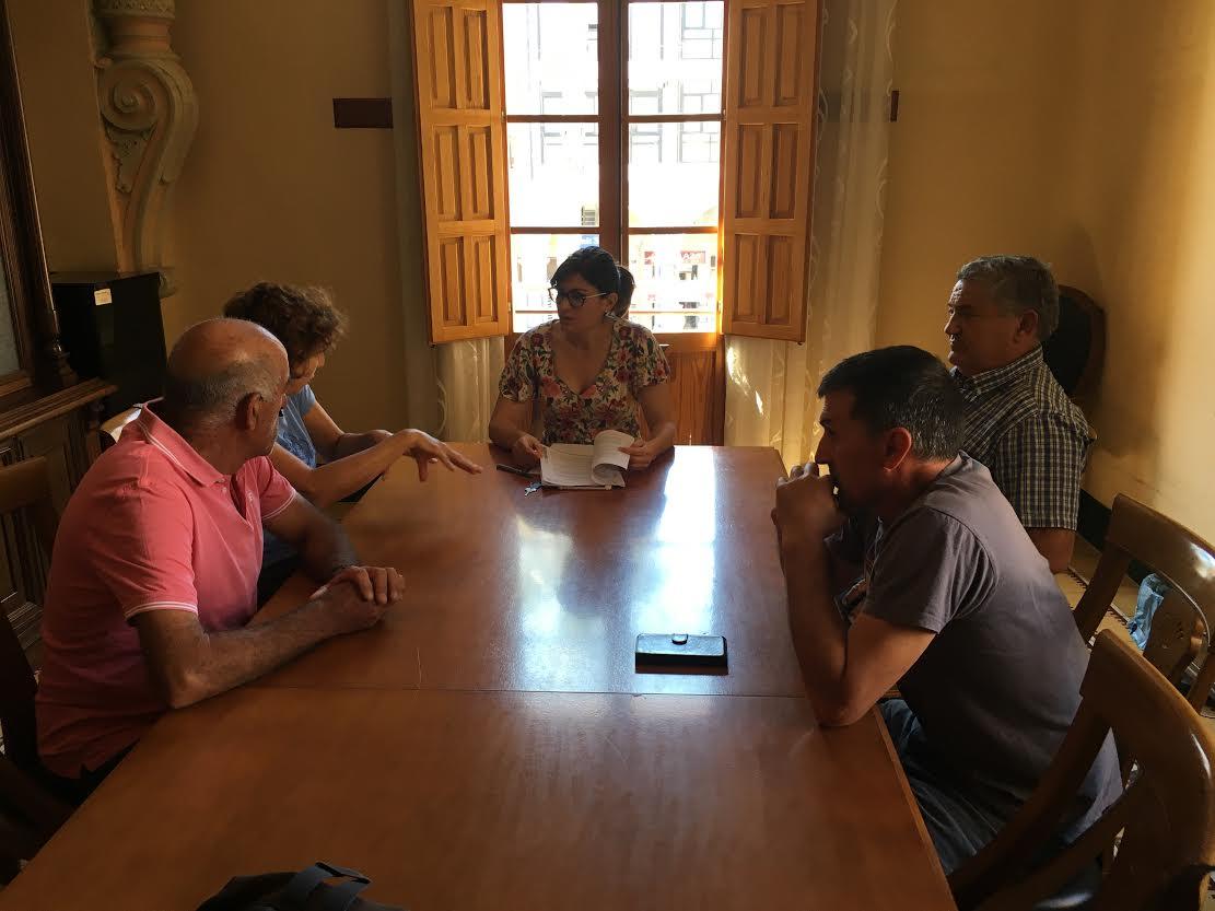 Un momento de la reunión de vecinos y asociaciones con la alcaldesa de Santomera, Inma Sánchez Roca  en relación a la Línea aérea/subterránea M.T 20 Kv D/C alimentación norte de Beniel. Imagen:
