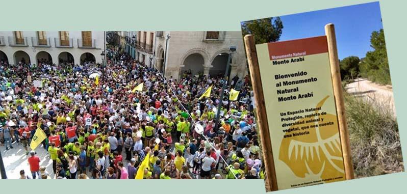 Plaza del Ayuntamiento de Yecla en la manifestación de septiembre de 2017, y cartel del Monte Arabí, Imagen: Plataforma Ciudadana Salvemos el Arabí y Comarca