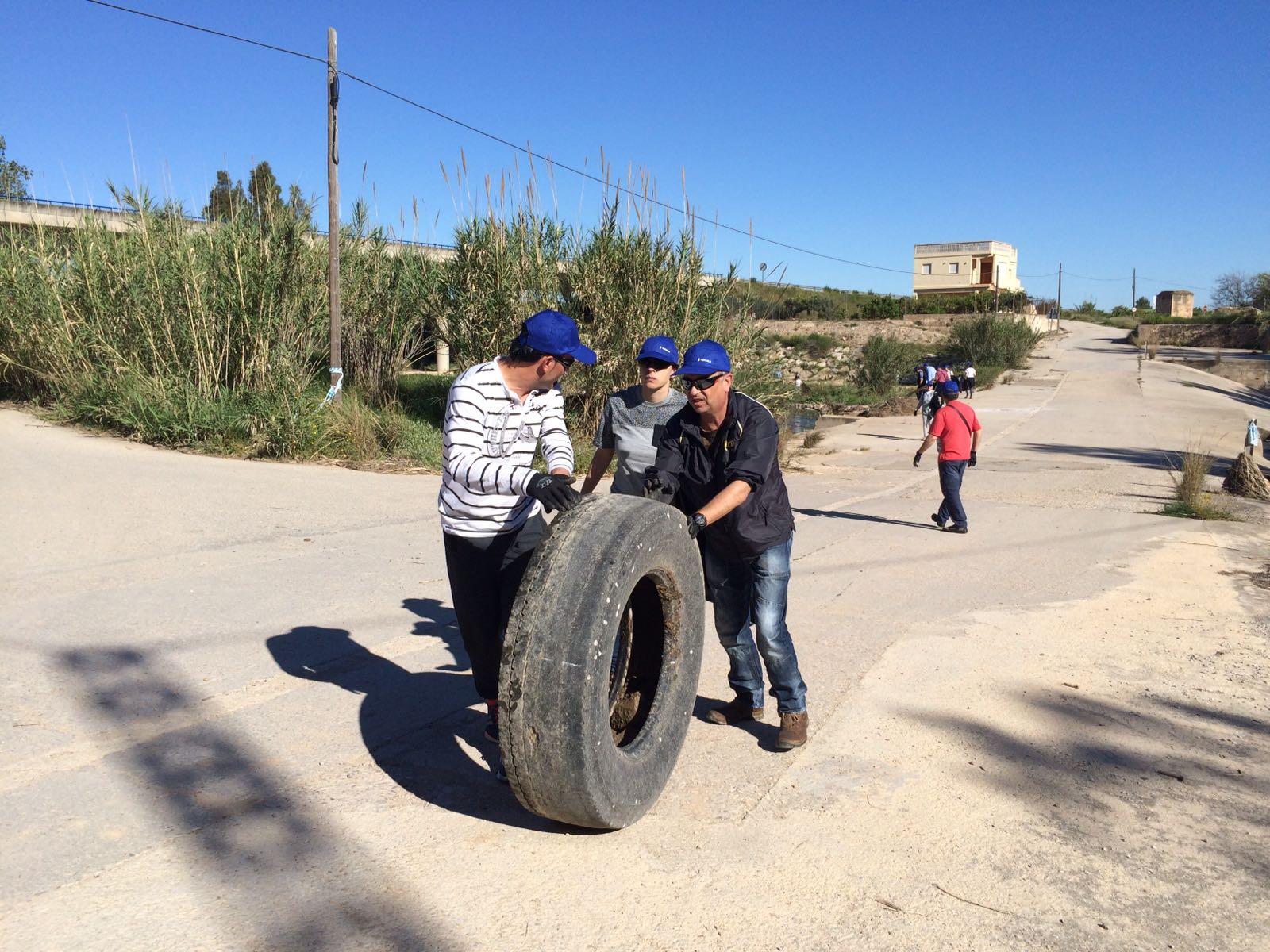 Extrayendo una gran rueda del cauce. Imagen: Fundación Limne