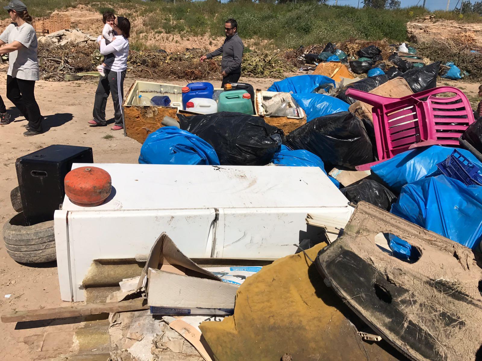 Frigoríficos, sofás, sanitarios... al río se vierte todo tipo de residuos. Imagen: Fundación Limne