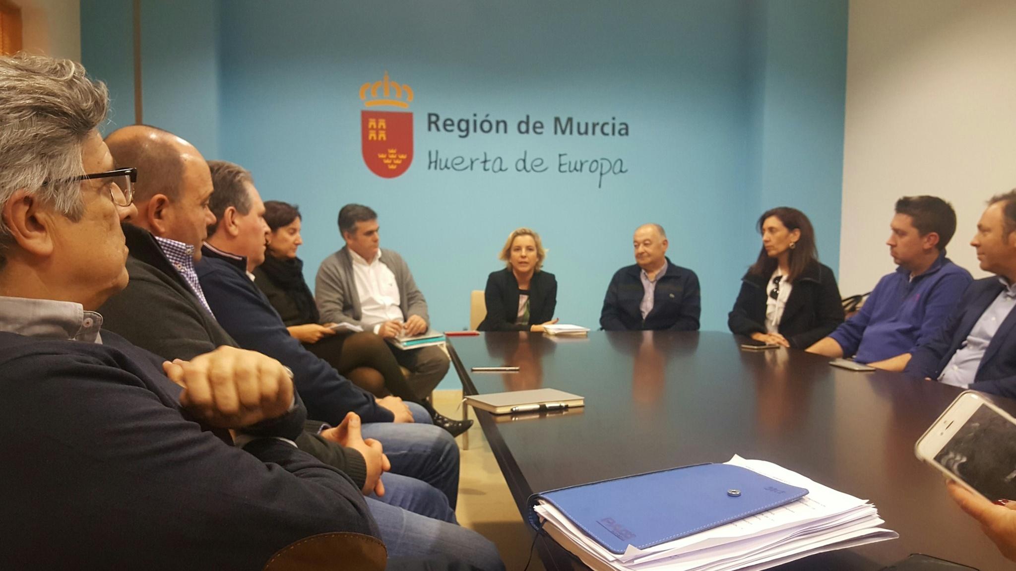 La consejera (c), acompañada por varios miembros de su equipo directivo, en la reunión con los regantes de la Comunidad Arco Sur. Imagen: CARM