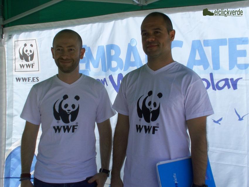 Miguel Murcia, coordinador de la campaña 'Embárcate con el WWF Solar', y Óscar Esparza, biólogo marino de WWF España.