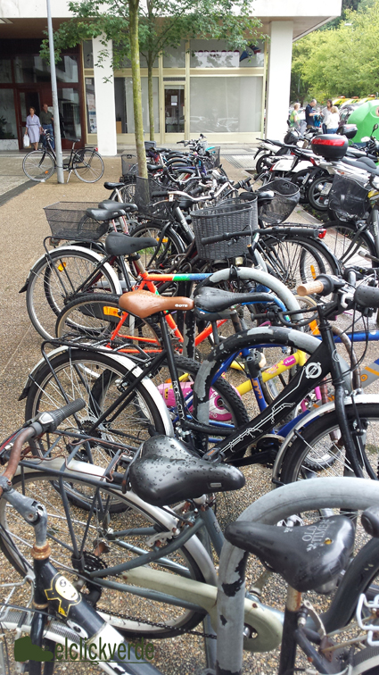 Un montón de bicis aparcadas en una acera