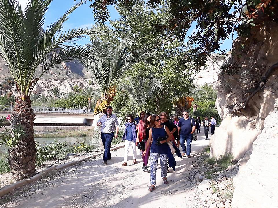 Los asistentes, disfrutando de un paseo por Ojós, que en 2017 fue elegida para celebrar el Día Internacional del Paisaje. Imagen: Congreso Internacional de Arte, Naturaleza y Paisaje en el Mediterráneo