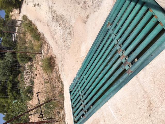 Detalle de un paso canadiense. Debajo, en el hueco, la asociación ha encontrado animales ahogados. Imagen: Acude