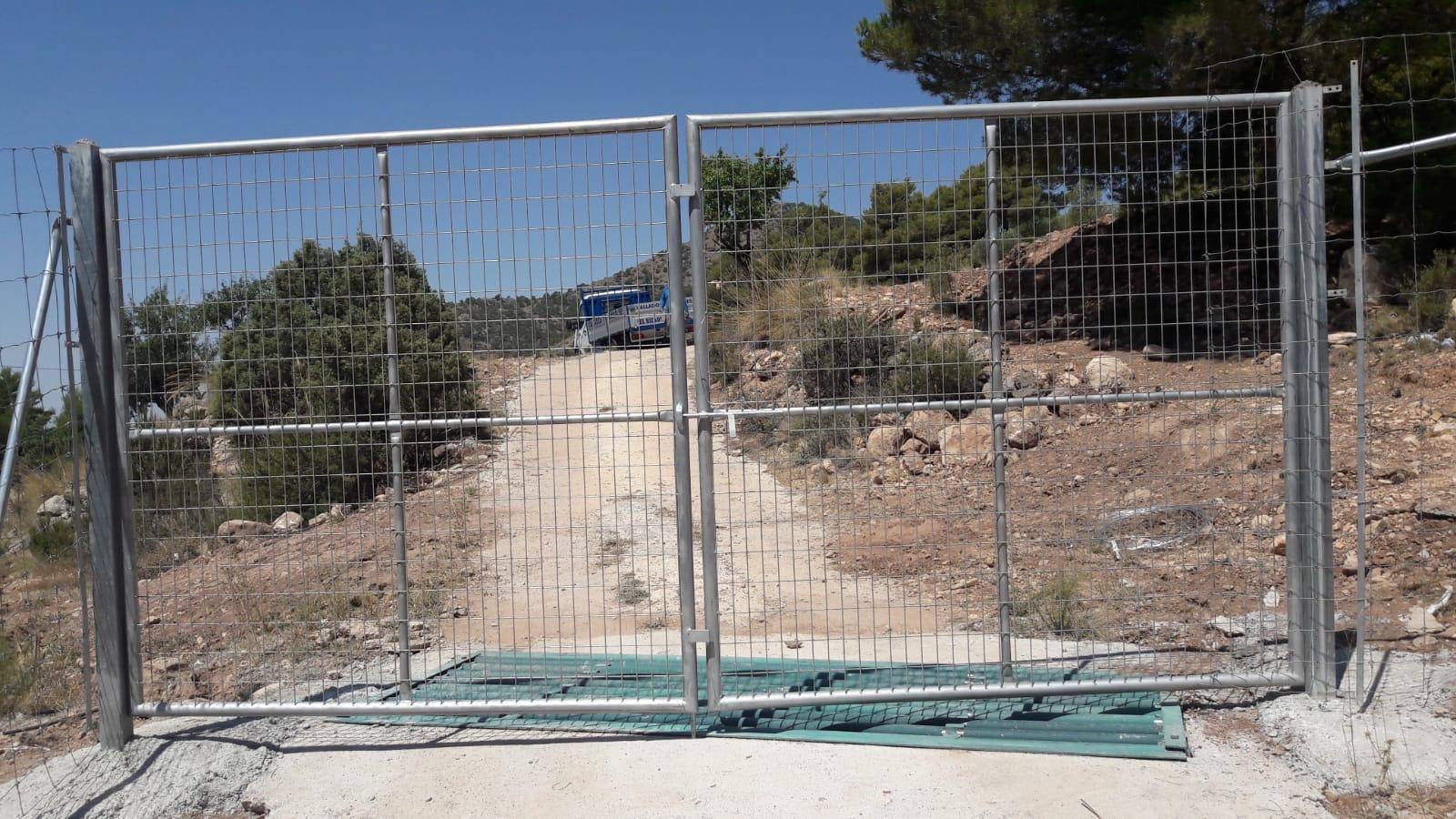 """La puerta denunciada, que """"que limita el libre paso de personas"""". Imagen: Acude"""