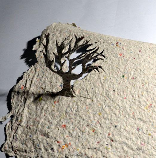 Un árbol se eleva desde el papel reciclado. Imagen: J. M. Roca